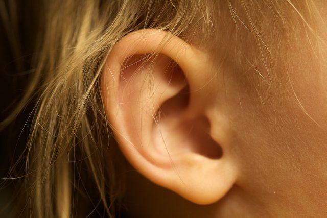 co znamena akne v uchu